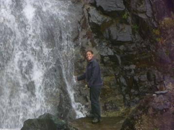 En estos momentos esta cascada sigue emanando agua, pero muy poca por la sequía que esta atravesando el país.